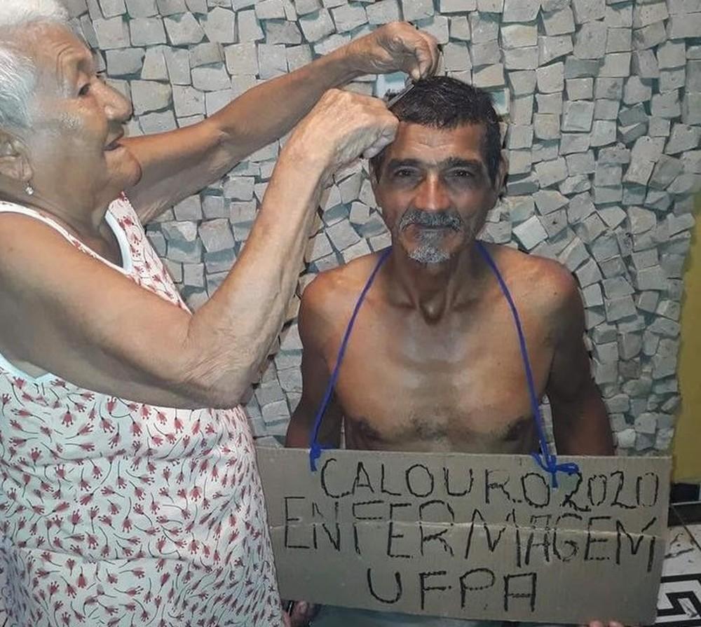 Aprovado em universidade pública aos 61 anos celebra com cabelo cortado pela mãe