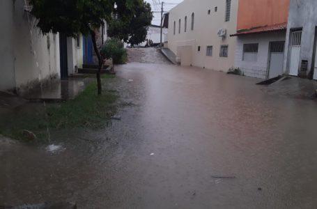 Chuva intensa provoca problemas e transtornos em toda Natal. Veja fotos e vídeos