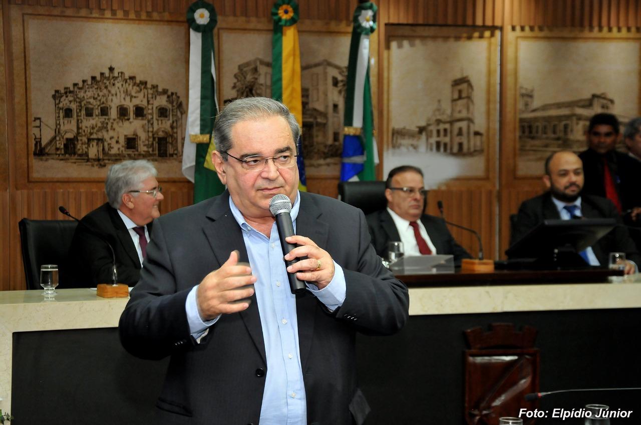 Um dia após publicação, prefeito Álvaro Dias resolve suspender cobrança de R$ 50 mil a empresas de transporte por aplicativo. Foto: Elpídio Júnior/CMNat
