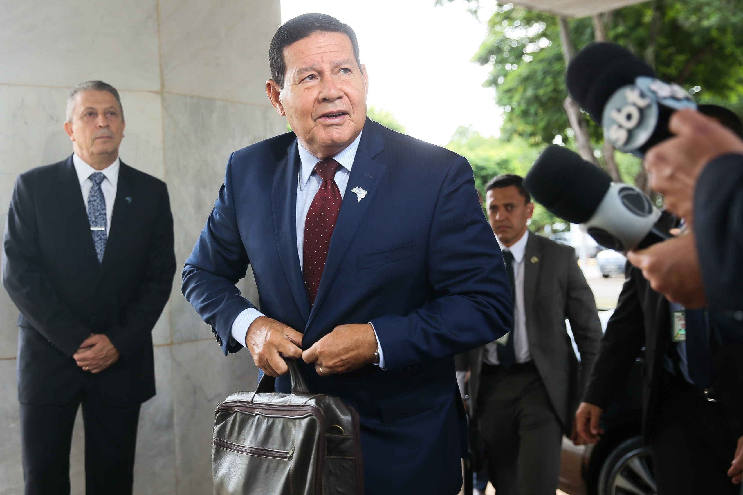 """""""Tem de confiar na palavra do presidente"""", diz Mourão sobre exame de Bolsonaro"""