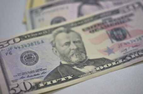 Dólar opera em alta e volta a superar R$ 5,45