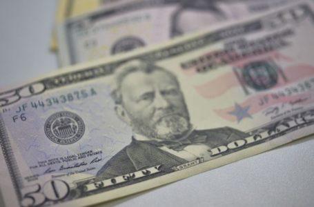Dólar fecha em queda seguindo fraqueza da moeda no exterior