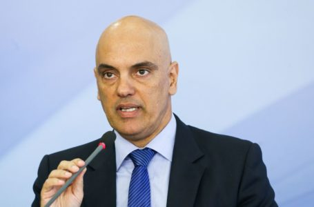 Alexandre de Moraes envia notícia-crime contra Bolsonaro, Flávio e Eduardo para análise da PGR