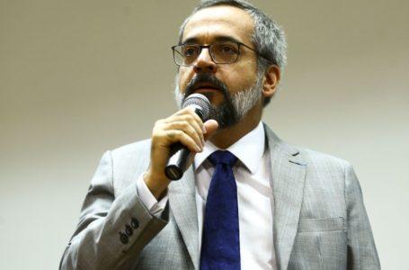 Ministro da Educação é multado em R$ 2 mil por ir sem máscara a protesto