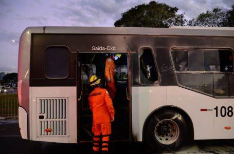 Justiça manda soltar homem preso após incêndio em ônibus em frente ao Palácio do Planalto
