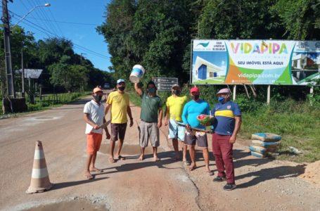 Moradores de Pipa desistem de esperar Governo e improvisam 'tapa buracos'