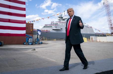 Donald Trump aparece de máscara em público pela primeira vez ao visitar hospital militar