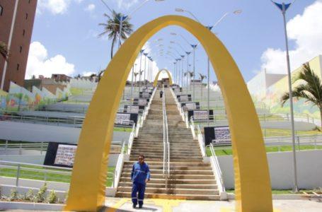 Artistas começam repaginação da Escadaria de Mãe Luiza com mosaicos e graffitis