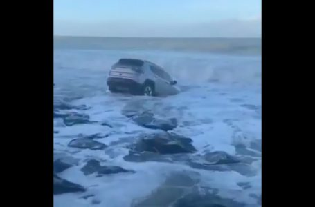 Carro é arrastado pelo mar em Baía Formosa; VÍDEO