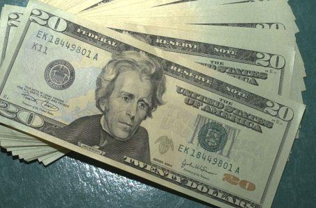 Dólar opera em alta e volta a bater R$ 5,79