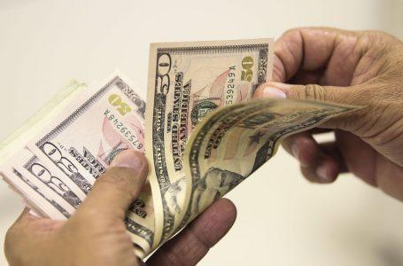 Dólar tem queda nesta sexta, mas fecha outubro em alta de 2,13%