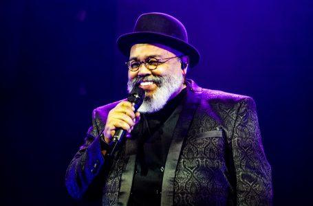 Após Covid-19, cantor Jorge Aragão recebe alta e volta para casa