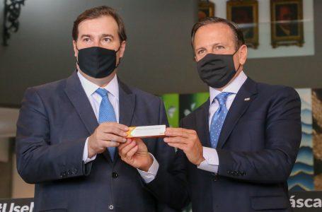 Rodrigo Maia oferece apoio à Coronavac e defende diálogo entre Doria e Bolsonaro