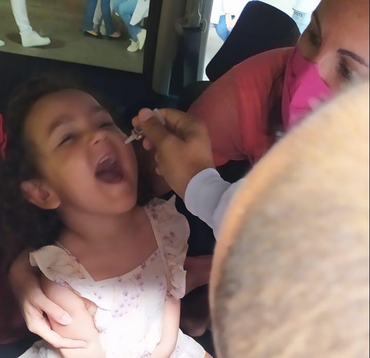 Drive-thru do Arena das Dunas imuniza 730 crianças contra poliomielite