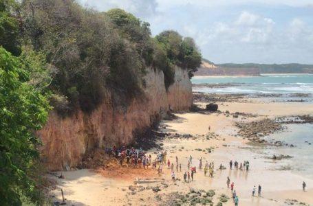 Parte de falésia volta a desabar na praia de Pipa