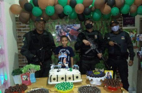 Em Touros, PMs prestigiam aniversário de criança de 6 anos que sonha ser policial