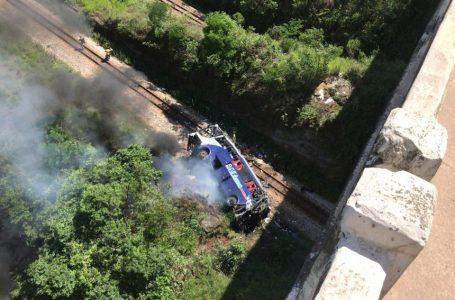 Ônibus cai de viaduto e deixa 14 mortos em MG; bombeiros fazem resgate