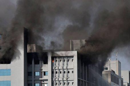 Incêndio atinge uma das fábricas da vacina de Oxford, na índia, e deixa cinco mortos