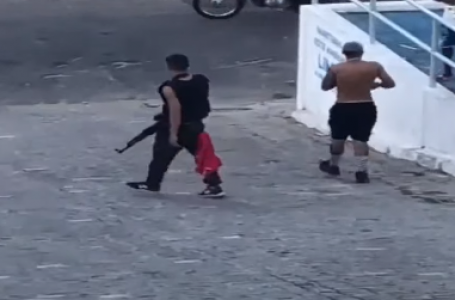 Jovem circula com fuzil AK-47 em via pública de Mãe Luiza [VÍDEO]