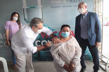 Covid-19: Técnica de enfermagem recebe 1ª dose da vacina em Natal
