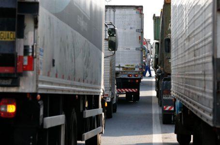 Caminhoneiros realizam protesto na BR-101 contra alta do diesel e tabela de frete diferenciada