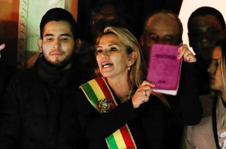 """Ex-presidente boliviana Jeanine Áñez é presa por """"golpe"""" contra Morales"""