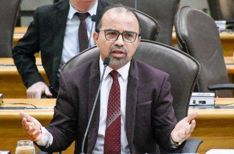 Mesmo após quatro meses de cassação pelo TSE, deputado Sandro Pimentel segue no mandato