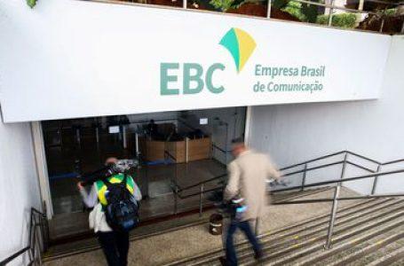 Eletrobras e EBC entram no plano de privatização assinado por Bolsonaro