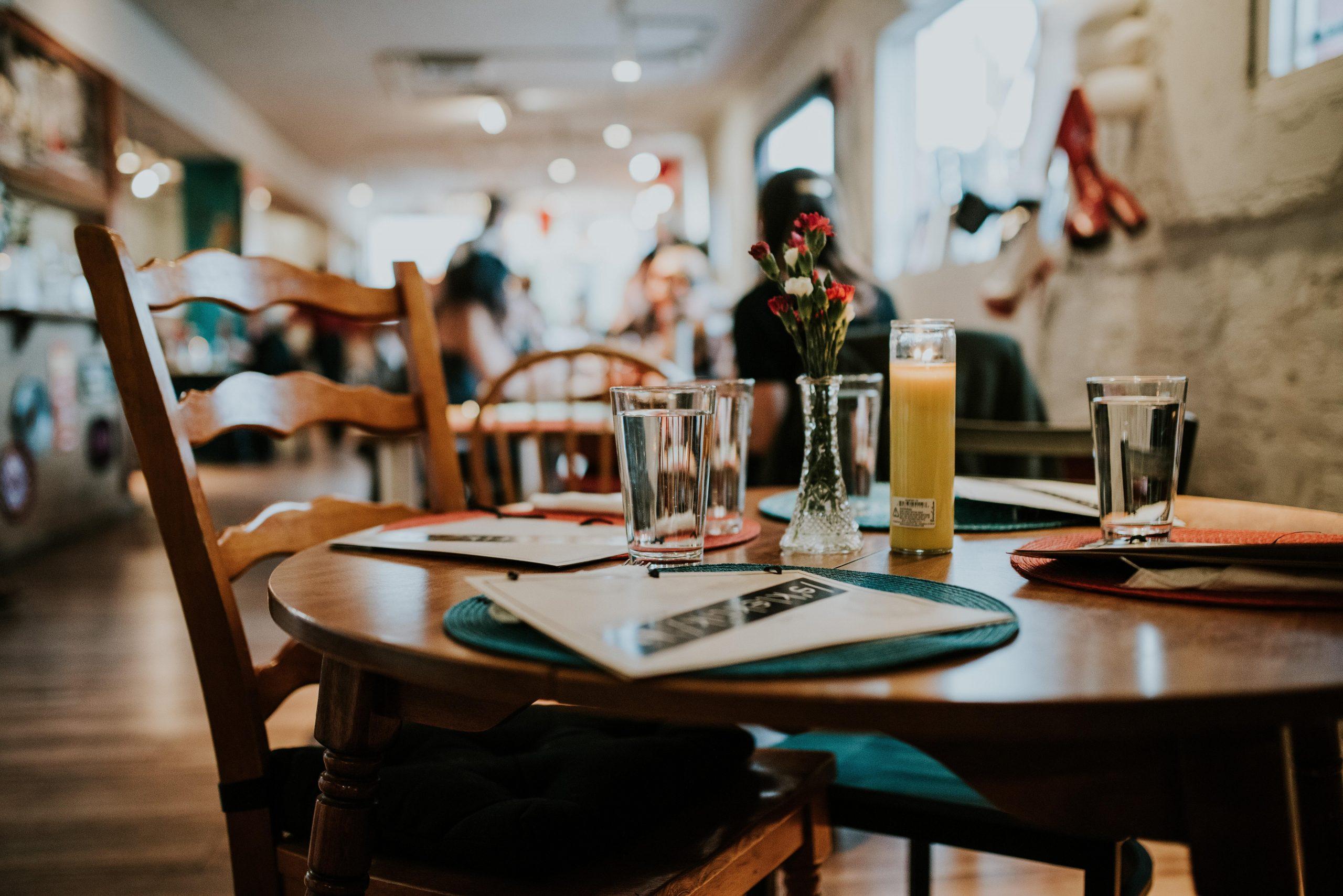 Novo decreto reduz toque de recolher e permite o funcionamento de restaurantes aos domingos
