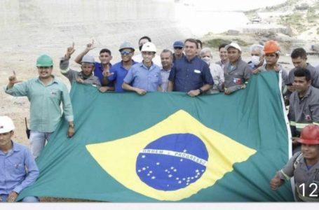 Operários fazem 'L' associado a Lula em foto com Bolsonaro durante visita do presidente ao RN