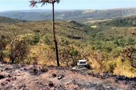 Policiais periciam carro que foi achado queimado em área de buscas por Lázaro Barbosa