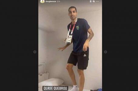 Douglas Souza, do vôlei, viraliza com posts engraçados na Olimpíada de Tóquio: 'Parece de papelão'
