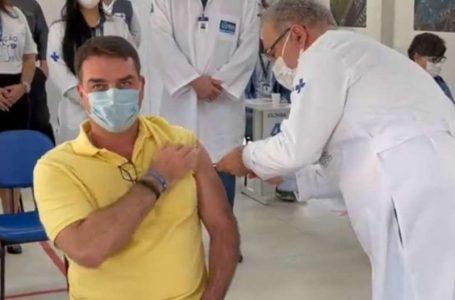 Flávio Bolsonaro toma vacina contra a Covid-19 e ironiza: 'obrigado ao negacionista Jair Bolsonaro'