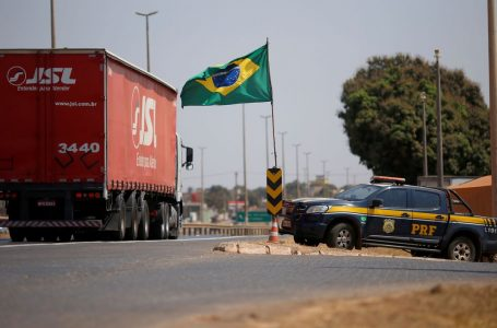 PRF libera 35 pontos de bloqueio de caminhoneiros