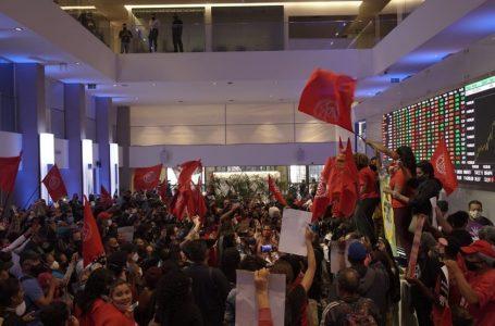MTST, de Boulos, invade Bolsa de Valores em protesto contra desemprego e inflação; VÍDEO