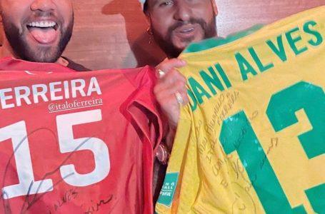 Ítalo Ferreira e Daniel Alves se encontram e trocam camisas autografadas