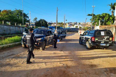 Polícia prende 14 pessoas, apreende 2 armas e mais de R$ 30 mil em operação na zona Leste de Natal