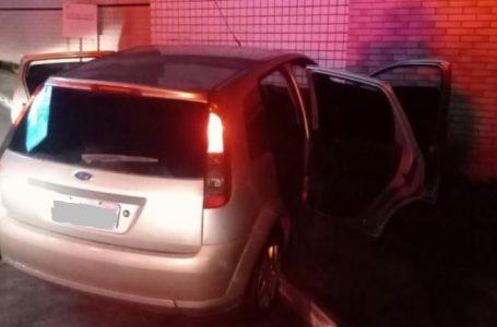 Após perseguição policial, assaltante bate carro em muro do Hospital da Liga contra o Câncer