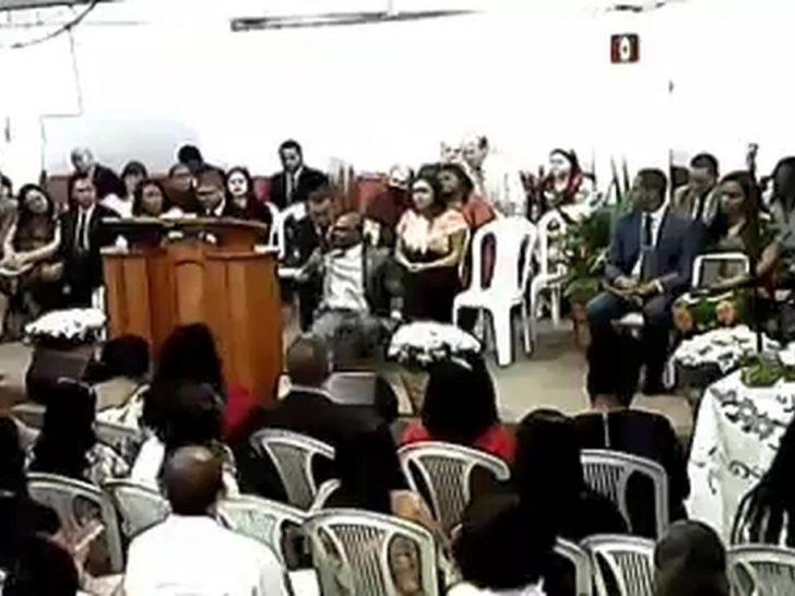 Pastor cai para trás durante um AVC em igreja do ES - Foto: Reprodução